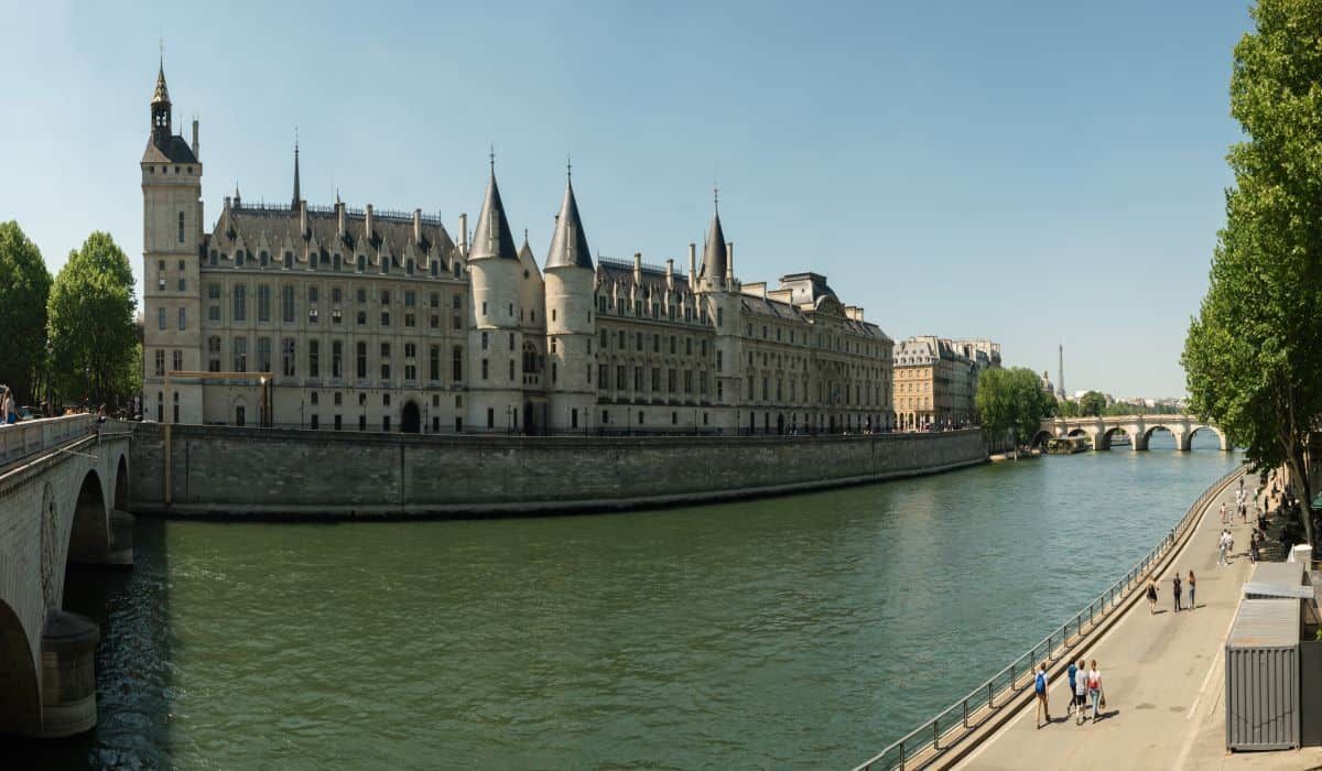 best Paris dinner cruise with view of Conciergerie