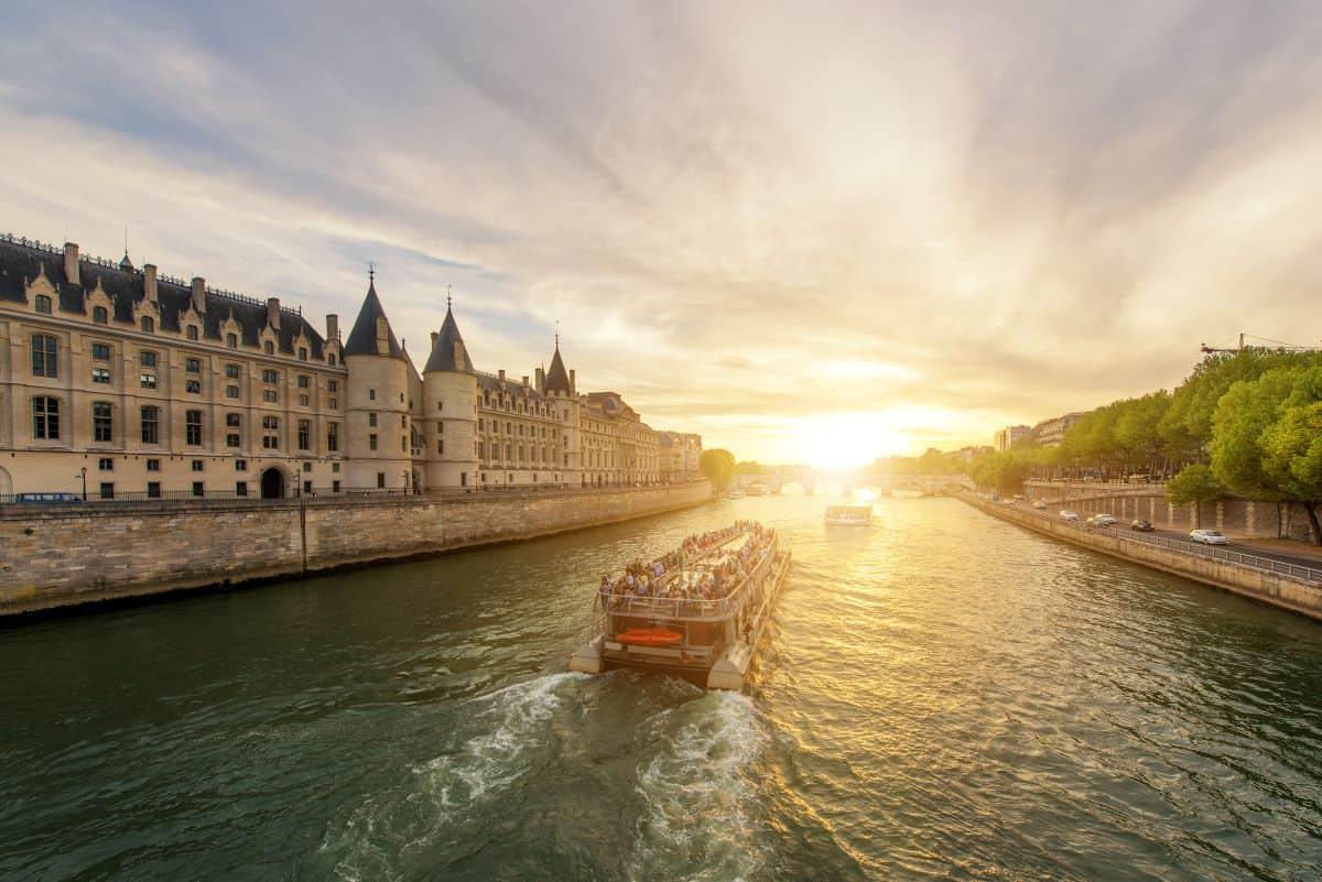 Bateaux Parisiens on the river Seine